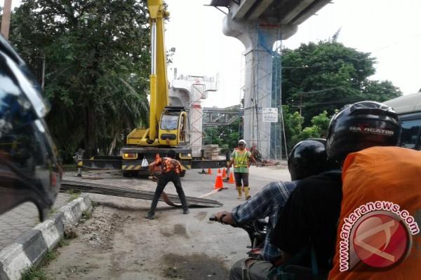 Seorang pekerja LRT Palembang tersetrum kabel sutet