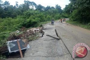 Kondisi jalan penghubung dua desa rusak parah