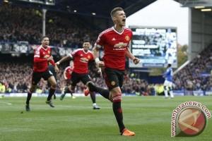 Everton perpanjang kontrak Schneiderlin