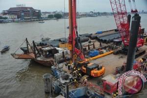 Pengeboran tiang LRT zona sungai Musi