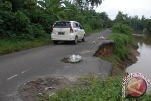 Jalan longsor di pinggiran Sungai Komering resahkan pengemudi