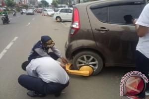 Polisi ancam derek mobil parkir sembarangan