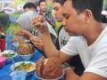 Sejumlah peserta menyantap bakso Monster saat lomba makan bakso berukuran jumbo tersebut di Warung Bakso Monster di kawasan Sukabangun Palembang, Sumsel, Senin (20/2). Puluhan peserta mengikuti kompetisi makan bakso dengan berat sekitar dua kilogram per mangkuknya. (Antarasumsel.com/Feny Selly/Ag/17)