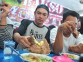 Salah satu peserta menyantap bakso Monster dengan tangannya saat lomba makan bakso berukuran jumbo tersebut  di Warung Bakso Monster di kawasan Sukabangun Palembang, Sumsel, Senin (20/2). Puluhan peserta mengikuti kompetisi makan bakso dengan berat sekitar dua kilogram per mangkuknya ini. (Antarasumsel.com/Feny Selly/Ag/17)