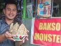 Pemilik warung bakso Monster memperlihatkan ukuran bakso monster yang berukuran jumbo dan beratnya sekitar dua kilogram di kawasan Sukabangun Palembang, Sumsel, Senin (20/2). (Antarasumsel.com/Feny Selly/Ag/17)