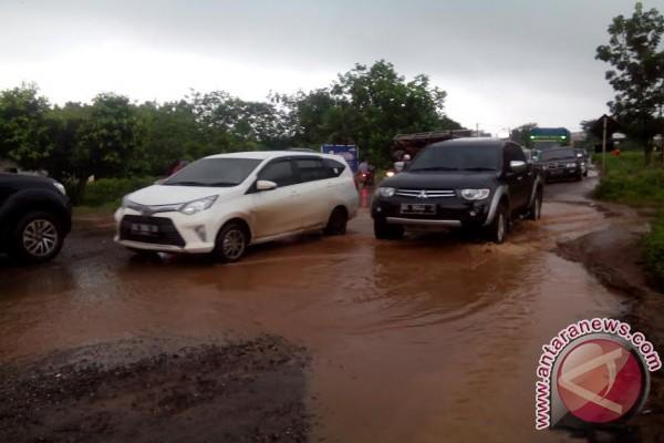 Jalan lintas Palembang-Betung rusak parah
