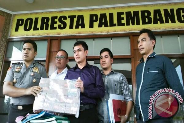 Polresta Palembang serahkan tersangka korupsi ke Kejari
