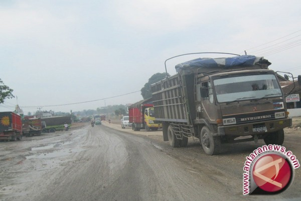 Jalan lintas Prabumulih - Baturaja Sumsel rusak parah