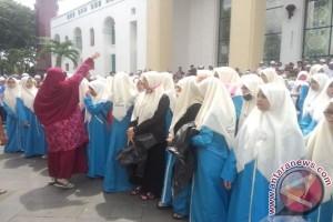 Semangat santriwati menyatukan suara dalam aksi damai 302