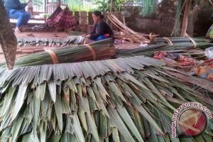 Tradisi turun temurun perajut atap nipah