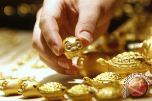 Emas naik karena dolar melemah dan ekuitas AS jatuh