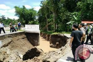 Jembatan Enim putus warga terancam terisolir