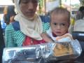 Salah satu warga menunjukkan Makanan Pendamping ASI (MPASI)  yang baru ia terima pada pencanangan Gerakan Masyarakat Sehat (Gemas) di Puskesmas Punti Kayu Palembang, Sumsel, Selasa (14/3). Gerakan mengajak masyarakat hidup sehat ini dilakukan dengan mensosialisasikan hidup sehat dan bersih serta memberikan makanan tambahan bergizi bagi ibu hamil dan MPASI bagi bayi. (Antarasumsel.com/Feny Selly/Ag/17)