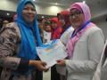 Kepala Seksi Peningkatan Penggunaan Obat Rasional, Dirjen Kefarmasian dan Alat kesehatan Kementerian Kesehatan Erie Gusnellyanti (kiri) memberikan sertifikat kepada Apoteker Agen of Change (AoC) Gerakan Masyarakat Cerdas Menggunakan Obat (Gema Cermat) pada sosialisasi Gema Cermat di Aula Rumah Sakit Mata Palembang, Sumatera Selatan, Rabu (15/8). Sebanyak 15 Apoteker AoC Gema Cermat Kota Palembang yang diseleksi Dinas kesehatan setempat menerima sertifikat dan akan menjalankan fungsinya mencerdaskan masyarakat dalam penggunaan obat yang baik dan tepat.(Antarasumsel.com/Feny Selly/Ag/17)