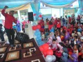Sejumlah siswa Pendidikan Anak Usia Dini (PAUD) dan Taman Kanak kanak (TK) tampak sangat antusias mendengarkan cerita dari pendongeng nasional Awam Prakoso tentang air di kawasan Citra Grand City Palembang, Sumsel, Sabtu (18/3). Perayaan hari air sedunia ini diperingati dengan mendongeng bersama siswa PAUD dan TK untuk menanamkan pentingnya kelestarian air di usia sejak dini.(Antarasumsel.com/Feny Selly/Ag/17)