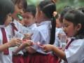 Dua orang siswi Sekolah Dasar berbagi pasta gigi sebelum memulai sikat gigi bersama di halaman Perguruan Institut Bahasa Asing (IBA) Palembang,Sumsel,Senin (20/3). Sebanyak 1000 siswa sekolah dasar dan taman kanak-kanak di Palembang mengikuti rangkaian kegiatan peduli gigi sehat yang digagas Persatuan Dokter Gigi Indonesia (PDGI) Palembang dalam rangka memperingati Hari Kesehatan Gigi Sedunia. (Antarasumsel.com/Feny Selly/Ag/17)