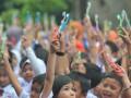 Sejumlah siswa menunjukkan sikat masing-masing sebelum memulai sikat gigi bersama di halaman Perguruan Institut Bahasa Asing (IBA) Palembang, Sumsel, Senin (20/3). Sebanyak 1000 siswa sekolah dasar dan taman kanak-kanak di Palembang mengikuti rangkaian kegiatan peduli gigi sehat yang digagas Persatuan Dokter Gigi Indonesia (PDGI) Palembang dalam rangka memperingati Hari Kesehatan Gigi Sedunia. (Antarasumsel.com/Feny Selly/Ag/17)