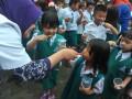 Dokter gigi membimbing Seorang anak Tk melakukan sikat gigi yang benar di halaman Perguruan Institut Bahasa Asing (IBA) Palembang, Sumsel, Senin (20/3). Sebanyak 1000 siswa sekolah dasar dan taman kanak-kanak di Palembang mengikuti rangkaian kegiatan peduli gigi sehat yang digagas Persatuan Dokter Gigi Indonesia (PDGI) Palembang dalam rangka memperingati Hari Kesehatan Gigi Sedunia. (Antarasumsel.com/Feny Selly/Ag/17)