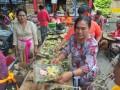 Sejumlah umat Hindu mempersiapkan Upakara (bahan upacara) jelang puncak Panca Wali Krama di Pura Agung Sriwijaya Palembang, Sumsel,S enin (20/3). Upacara Panca Wali Krama Pura Agung Sriwijaya ini merupakan upacara sepuluh tahun sekali ini dilakukan dengan menyyiapkan pernak pernik upakara  dan rangkaian upacara dengan  tujuan pensucian diri dan lingkungan secara skala dan niskala. . (Antarasumsel.com/Feny Selly/Ag/17)
