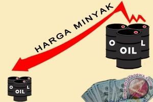Kekhawatiran kelebihan pasokan tekan harga minyak dunia jatuh