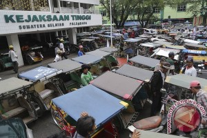 Ratusan pengemudi becak demo masalah Asian Games