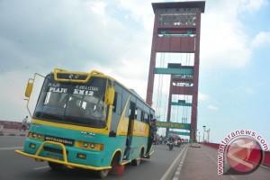 Angkutan umum dilarang lewat jembatan Ampera