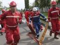 Sejumlah pekerja PT Pertamina (persero) Refinery Unit (RU) III Plaju menyambung selang air saat pemecahan rekor Museum Rekor-Dunia Indonesia (MURI) dengan menggelar selang pemadam (fire hose) di komplek PT Pertamina (persero) Refinery Unit (RU) III Plaju, Palembang, Sumatra Selatan, Sabtu (8/4). Upaya pemecahan rekor MURI dengan menggelar selang pemadam (fire hose) sebanyak 228 unit selang itu dalam rangka memperingati bulan K3. (Antarasumsel.com/Nova Wahyudi/dol/17)
