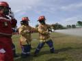 General Manager PT Pertamina (persero) Refinery Unit (RU) III Plaju Eman Salman Arief (kanan) bersama tim Pemadam Kebakaran (Fire Brigade) PT Pertamina RU III melakukan simulasi pemadaman kebakaran saat pemecahan rekor Museum Rekor-Dunia Indonesia (MURI) dengan menggelar selang pemadam (fire hose) sepanjang 5,152 km di komplek PT Pertamina (persero) Refinery Unit (RU) III Plaju, Palembang, Sumatra Selatan, Sabtu (8/4). Upaya pemecahan rekor MURI dengan menggelar selang pemadam (fire hose) sebanyak 228 unit selang itu dalam rangka memperingati bulan K3. (Antarasumsel.com/Nova Wahyudi/dol/17)