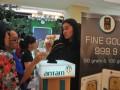 Petugas menjelaskan detil kalung produksi PT Antam (Persero) Tbk pada pengunjung Pameran Logam Mulia Antam di Palembang Indah Mall, Sumsel, Jumat (14/4). Pameran yang berlangsung pada tanggal 14-16 April 2017 ini bertujuan untuk memberikan edukasi investasi logam mulia pada masyarakat sekaligus memperkenalkan aneka produk logam mulia.(Antarasumsel.com/Feny Selly/Ag/17)