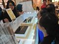 Pengunjung memperhatikan penjelansan dari Pegawai tentang produk logam mulia produksi PT Antam (Persero) Tbk di Palembang Indah Mall, Sumsel, Jumat (14/4). Pameran yang berlangsung pada tanggal 14-16 April 2017 ini bertujuan untuk memberikan edukasi investasi logam mulia pada masyarakat sekaligus memperkenalkan aneka produk logam mulia.(Antarasumsel.com/Feny Selly/Ag/17)