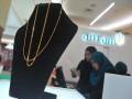 Kalung emas salah satu  produk logam mulia produksi PT Antam (Persero) Tbk pada Pameran Logam Mulia Antam di Palembang Indah Mall, Sumsel, Jumat (14/4). Pameran yang berlangsung pada tanggal 14-16 April 2017 ini bertujuan untuk memberikan edukasi investasi logam mulia pada masyarakat sekaligus memperkenalkan aneka produk logam mulia. (Antarasumsel.com/Feny Selly/Ag/17)