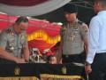 Kapolda Suumatera Selatan Irjen Pol Agung Budi Maryoto menandatangani pakta integritas dihadapan panitia, calon bintara Polri, para orang tua calon bintara, dan panitia pelaksana di Lapangan Pakri Palembang, Sumsel, Senin (17/4). Sebanyak 4.585 calon bintara dari Sumatera Selatan  mengikuti seleksi penerimaan anggota Polri. (Antarasumsel.com/Feny Selly/Ag/17)