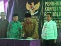 Ketua Komisi Yudisial RI Aidul Fitriciada Azhari (dua kanan) didampingi Gubernur Sumatera Selatan Ishak Mekki (kanan), Kedua Bidang Sumber Daya Manusia Advokasi Hukum Penelitian dan Pengembangan KY Sumartoyo (kiri), dan kepala Pengadilan Negeri Palembang H Chaidir (dua kiri) menandatangani prasasti pada peresmian kantor penghubung Komisi Yudisial (KY) Wilayah Sumsel di Palembang, Selasa (18/4). Kantor penghubung di Sumsel ini berfungsi melakukan pengawasan, penelitian dan  kode etik hakim. (Antarasumsel.com/Feny Selly/Ag/17)
