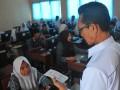 Pengawas mengabsen siswa peserta Ujian Nasional Berbasis Komputer (UNBK) SMK Susulan di SMK Negeri 7 Palembang, Sumsel, Rabu (19/4). Sebanyak 58 siswa Jurusan Desain Komunikasi Visual SMK Seni Negeri 7 mengikuti ujian susulan disebabkan gangguan teknis pada UNBK sebelumnya. (Antarasumsel.com/Feny Selly/Ag/17)