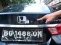 Lubang bekas peluru pada mobil yang menjadi barang bukti kasus penembakan mobil di Lubuk Linggau, di Mapolda Sumsel, Palembang, Jumat (21/4). Barang bukti tersebut diserahkan kepada Direktorat Khusus Kriminal Umum Polda Sumsel untuk diperiksa sebagai bahan penyelidikan kasus penembakan oleh polisi yang mengakibatkan satu korban tewas dan enam korban luka-luka. (Antarasumsel.com/Feny Selly/Ag/17)