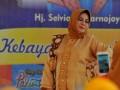 Istri Walikota Palembang Selviana Harnojoyo beraksi mengenakan kebaya koleksi pribadinya pada gelaran Kebaya Sebagai Identitas Bangsa sebagai rangkaian peringatan Hari Kartini di Rumah Dinas Walikota Palembang, Sumsel, Kamis (20/4).  Puluhan istri pejabat SKPD, dan camat wilayah se-Kota Palembang beraksi dan menunjukkan kecintaan mereka pada busana kebaya sebagai identitas bangsa. (Antarasumsel.com/Feny Selly/Ag/17)