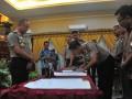 Kapolda Sumatera Selatan Irjen Pol Agung Budi Maryoto (kiri) menyaksikan Kapolres Banyuasin AKBP Andri Sudarmadi pada penandatanganan MoU pengendalian Kebakaran Lahan dan Hutan (Karhutla) di Gedung Catur Cakti Mapolda Sumsel, Palembang, Jumat (21/4). Penandatanganan MOU antara Jajaran Polda Sumsel dan para pengusaha Hutan Tanaman Industri (HTI) dan Perkebunan  merupakan wujud komitmen bersama kapolda mencegah dan mengendalikan kebakaran lahan dan hutan di wilayah Sumsel.(Antarasumsel.com/Feny Selly/Ag/17)