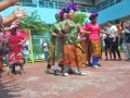 Sejumlah warga binaan berlompa balapan terompah panjang pada peringatan hari kartini sekaligus HUT Bulan Bakti Pemasyarakatan di Lapas Wanita Klas IIA Palembang, Sumsel, Jumat (21/4). Pada peringatan tersebut Lapas Wanita Klas IIA Palembang menggelar aneka lomba dan kegiatan menarik bagi warga binaan. (Antarasumsel.com/Feny Selly/Ag/17)