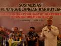 Koordinator BMKG Sumsel Nuga Putrantijo (kanan) bersama Kapolda Sumatera Selatan Irjen Pol Agung Budi Maryoto (kiri), dan Perwakilan Badan Restorasi Gambut Haris Gunawan memberikan pengarahan pada sosialisasi penanggulangan Kebakaran Hutan dan Lahan (Karhutla) di Gedung Catur Cakti Mapolda Sumsel, Palembang, Jumat (21/4). Sosialisasi yang dihadiri Jajaran Polda Sumsel dan para pengusaha Hutan Tanaman Industri (HTI) serta pihak terkait lainnya ini  merupakan upaya pencegahan dan pengendalian kebakaran lahan dan hutan di wilayah Sumsel.(Antarasumsel.com/Feny Selly/Ag/17)