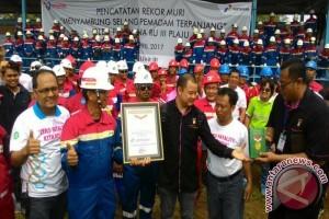 Pertamina pecahkan Rekor Muri selang pemadam terpanjang