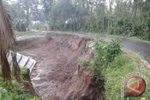 Tanah amblas akibat terowongan tanah