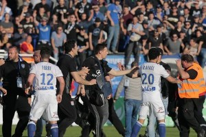Pertandingan Bastia lawan Lyon dihentikan karena serangan terhadap pemain