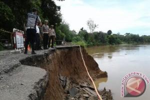 Jalan penghubung Kabupaten OKU nyaris putus