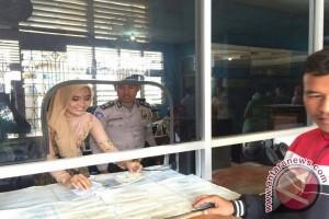 Hari Kartini Polwan tampil berkebaya layani masyarakat