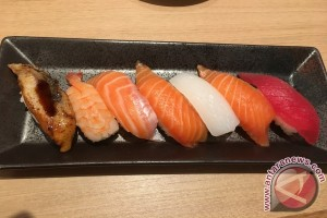 Mencicipi sushi dari kereta mini