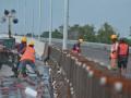 Pekerja memasang dinding pembatas di proyek pembangunan Jalan Tol Sumatera Ruas Palembang-Indralaya (Palindra) Seksi I di kecamatan Pemulutan Kabupaten Ogan Ilir (OI), Sumsel, Jumat (5/5). Jalan tol sepanjang 21,93 KM ini direncanakan akan diresmikan pengoperasiannya oleh Presiden Joko Widodo Pada akhir Mei ini dan dibuka sebagai jalur mudik lebaran 2017. (Antarasumsel.com/Feny Selly/Ag/17)