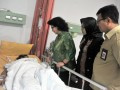 Menteri kesehatan Nila Moeleok meninjau pendonor dan pasien usai menjalani operasi transplantasi ginjal di Rumah Sakit Moehammad Hoesin (RSMH) Palembang, Sumsel, Senin (15/5). Menkes meninjau pasien transplantasi dan menekankan pentingnya pelayanan kesehatan yang baik bagi pengguna JKN (Jaminan Kesehatan Nasional) dan Kartu Indonesia Sehat (KIS). (Antarasumsel.com/Feny Selly/Ag/17)
