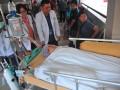 Tim medis membawa pasien Eka Candra Kristiana usai menjalani operasi transplantasi ginjal di Rumah Sakit Moehammad Hoesin (RSMH) Palembang,Sumsel, Senin (15/5). Tim RSMH dibantu Tim dari Rumah Sakit Cipto Mangunkusumo (RSCM) berhasil melakukan operasi transplantasi ginjal dari pendonor Kanti Sumirih kepada anaknya Pasien Eka Candra pada operasi transplantasi ginjal kedua yang diselenggarakan rumah sakit tersebut.  (Antarasumsel.com/Feny Selly/Ag/17)
