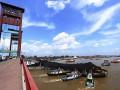 Sejumlah tagboat berusaha menarik kapal tongkang bermuatan batubara yang menabrak tiang Jembatan Ampera di Perairan Sungai Musi Palembang, Sumatera Selatan, Rabu (17/5). Diduga akibat  kelebihan muatan sebuah kapal tongkang bermuatan batubara terlepas dari kapal penariknya hingga menabrak jembatan tersebut. (Antarasumsel.com/Nova Wahyudi/dol/17)