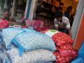 Pekerja mengangkut karung bawang di salah satu agen di kawasan Pasar 16 Ilir Palembang, Sumsel, Selasa (16/5). Harga bawang putih di Palembang masih cukup tingi yakni mencapai Rp 60.000 hingga Rp 80.000 per kg dikarenakan minimnya pasokan. (Antarasumsel.com/Feny Selly/Ag/17)